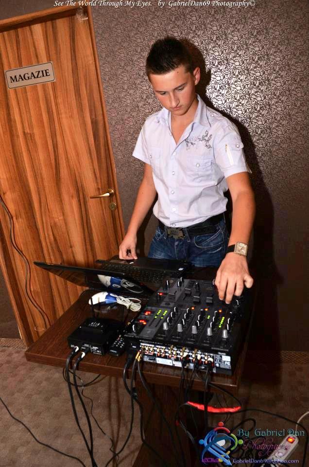 Denis spune că un DJ de succes trebuie să fie şi un bun psiholog.