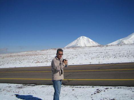 La 4000 m inaltime.la frontiera Chile - Bolivia. La orizont vulcanul Licancabur