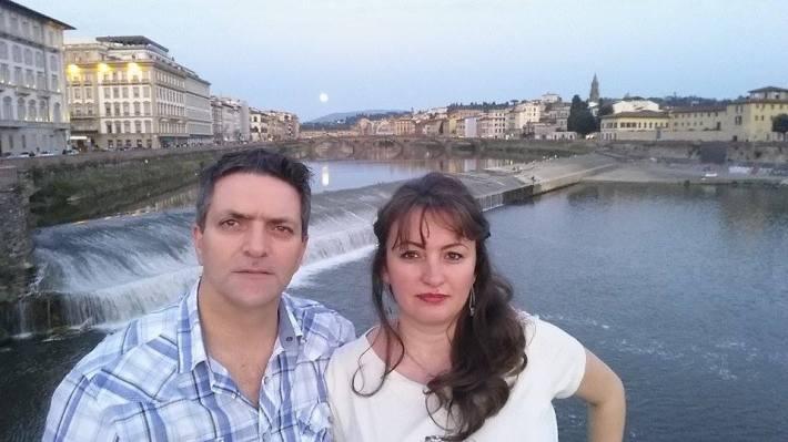 Olimpia & Giuseppe Torcasio pe  râul Arno   lângă Ponte  Vecchio,Firenze, Italia