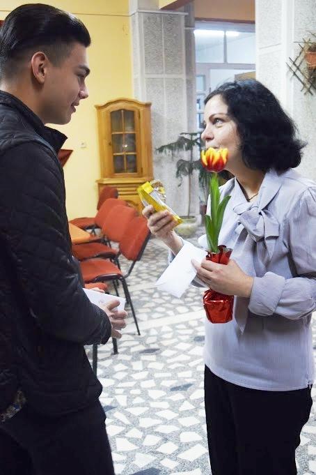 Moga Casian, director al programelor spOrtive, îi ofera o floare profesoarei Mirela Ardelean