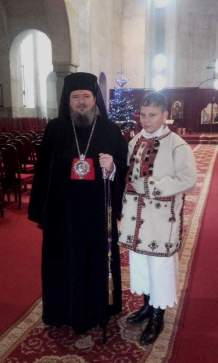 Prea Sfintitul Episcop Sofronie Drincec alături de colegul nostru, Alexandr David, din grupul de colindători