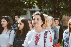 """Prof. Mirela Ardelean cu o ie tradiţională, la expoziţia lui Vasile Dorolţi, """"Oameni şi cruci"""", Foto: DAN CHIŞ"""