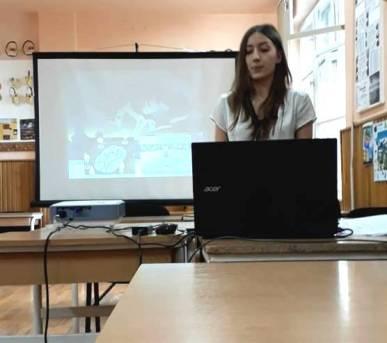 DENISA BURLEA, promoţia 2017, Filologie - Intensiv Engleză, la susţinerea lucrării de atestat. Foto:arhiva personală Luminiţa Dubău