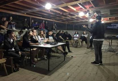 Seminariile la care participam în fiecare seară (Sursă foto: Grup Tabăra Limitless)