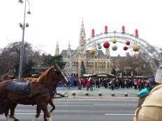 Intrarea din faţa primăriei. Foto: Raluca Găvruţa
