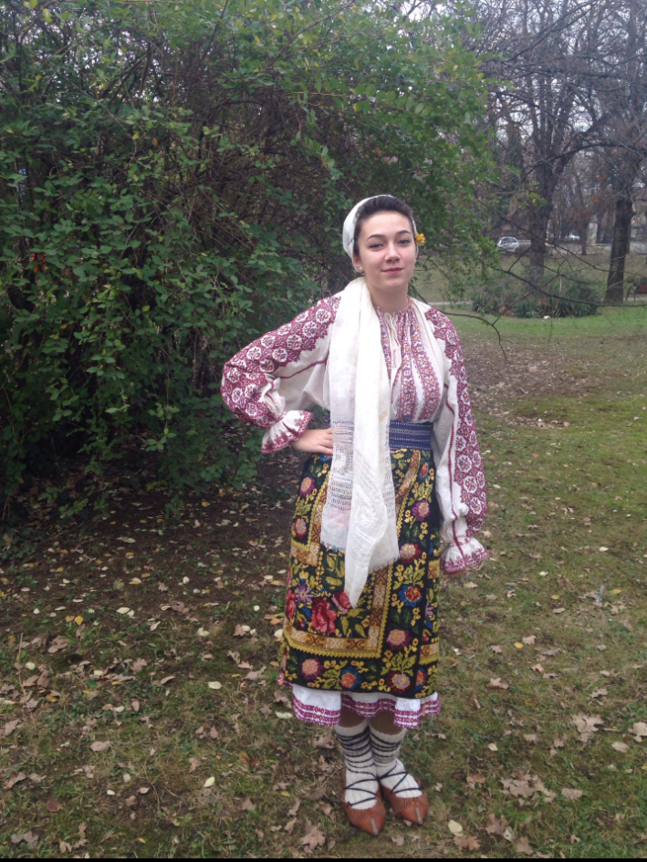 Acesta este un costum din judetul Argeș, zona Câmpu-lung Muscel.
