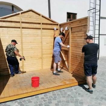 Lucrări de instalare a standurilor. Foto: Beatrice Berce