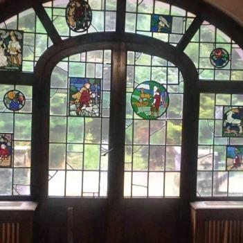 Intrarea din față are vitralii făcute la Strasbourg. Foto: Natalia Kristali